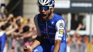 Fernando Gaviria celebrando su primer triunfo en un Giro de Italia.