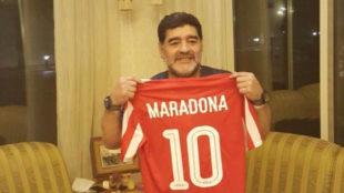 Maradona posa con la camiseta de su nuevo equipo.