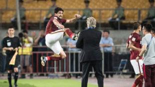 Alo�sio celebra el segundo gol delante de Pellegrini.