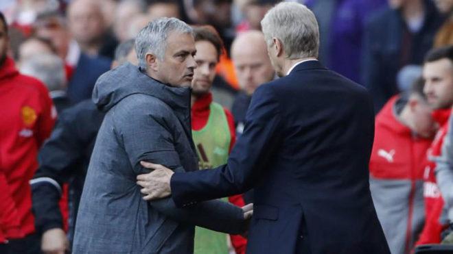 Mourinho saluda a Wenger.