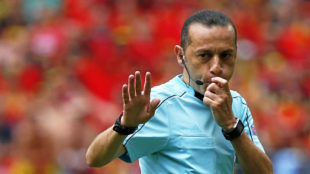 Cuneyt Cakir durante un encuentro de la Eurocopa 2016