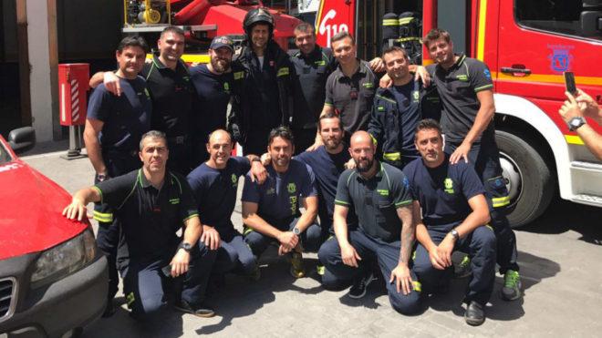 Djokovic posa con un grupo de bomberos del parque número 2 de Madrid.