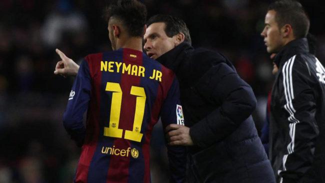 Unzu� da instrucciones a Neymar durante un partido.