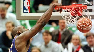 Shaquille O'Neal machacando el aro en su época de jugador de los...