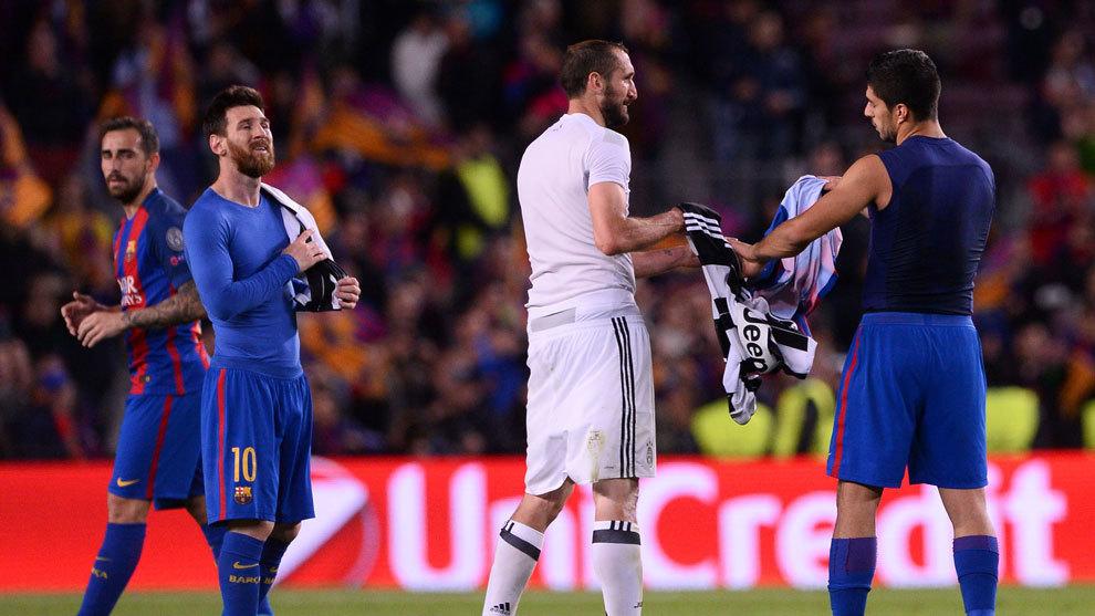 Chiellini y Suarez se intercambian las camisetas