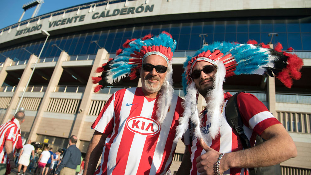 Aficionados del Atletico de Madrid posan en la puerta del Calderón