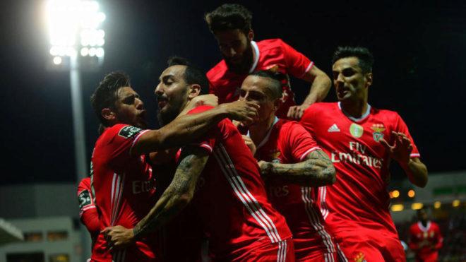 Los jugadores del Benfica celebran un gol.