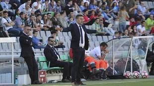 Luis Carrión gesticula en el Nuevo Arcángel en el partido ante el...