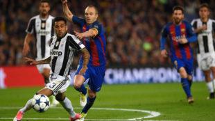 Dani Alves durante el partido en el Camp Nou ante Iniesta.