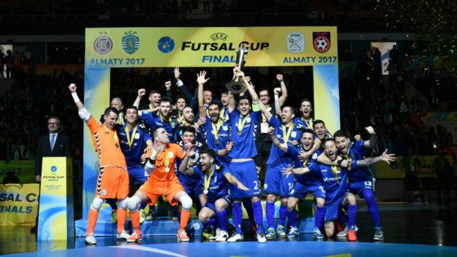 Los jugadores del Movistar Inter celebran el título logrado en...