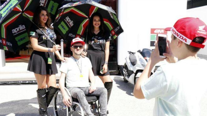 Azafatas y fans, en Jerez.