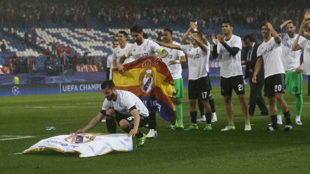 Los jugadores del Madrid celebran la victoria en el Calderón
