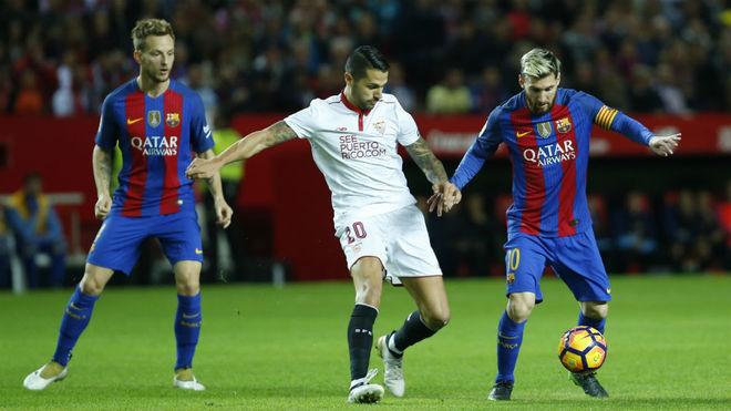 Vitolo, entre Rakitic y Messi en un Sevilla-Barcelona.