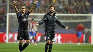 Isco y Lucas Vázquez celebran el pase a la final de Cardiff