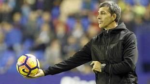 López Muñiz ofrece el balón a un jugador durante un patido en el...