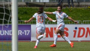 Claudia Pina y Carla Bautista celebran un gol ante Holanda.