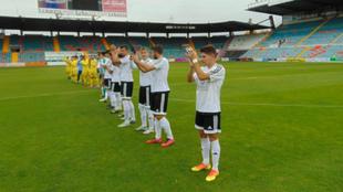 Los jugadores del CF Salmantino saludan a la grada antes de que dé...