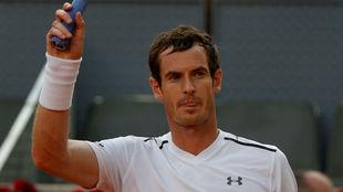 Andy Murray saluda al p�blico de Madrid tras un partido en la Caja...