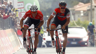 Silvan Dilliar y Jasper Stuyven en el esprint de la sexta etapa del...