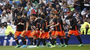 Los jugadores del Valencia celebrando el tanto ante el Real Madrid.