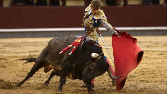 En la imagen, Javier Jiménez durante la lidia del quinto toro.