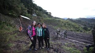 Sirli Freitas,a la derecha, junto a dos compañeras del club, en el...