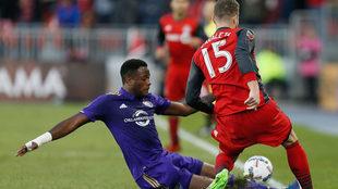 Larín, en el suelo, disputa un balón con Zavaleta, del Toronto FC.