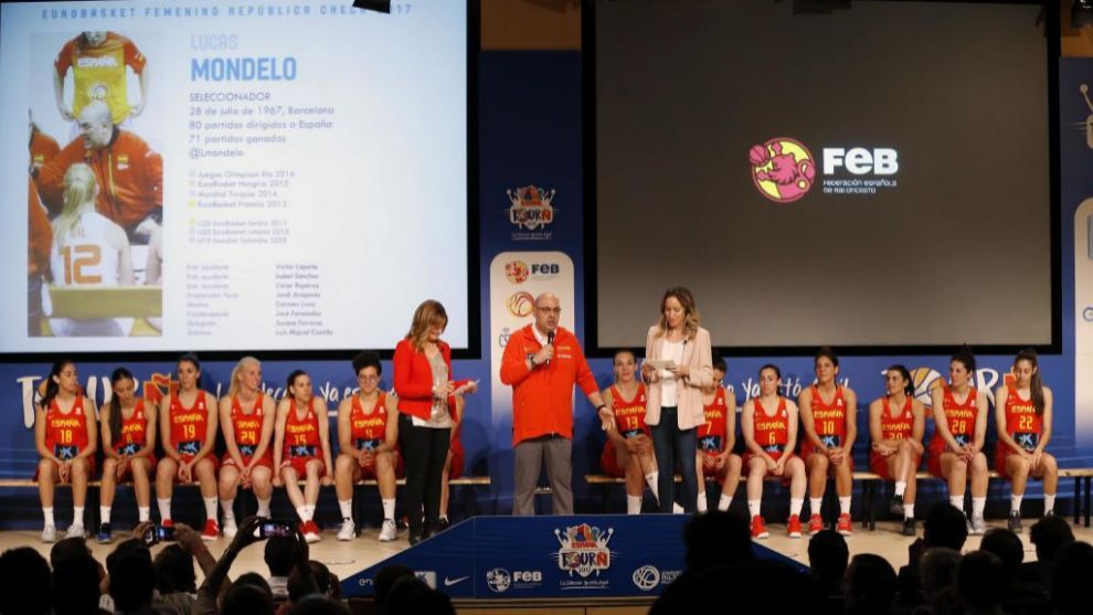 El seleccionador Lucas Mondelo habla durante la presentación de la...