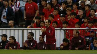 Juanfran anima a sus compañeros en el choque ante el Real Madrid.