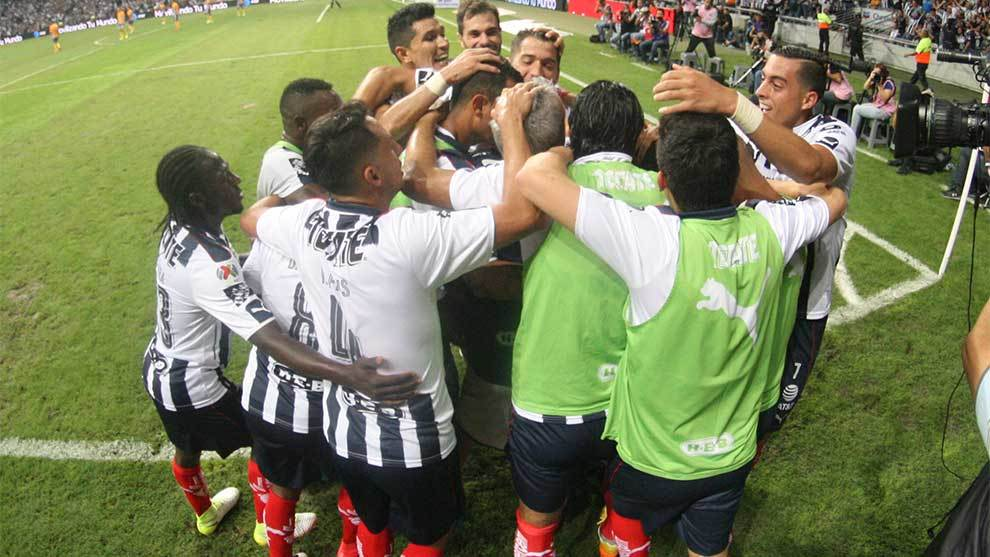 Jugadores de Rayados festejan tras el gol de César Montes en el...