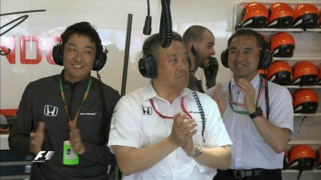 Ingenieros de Honda aplauden a Alonso.