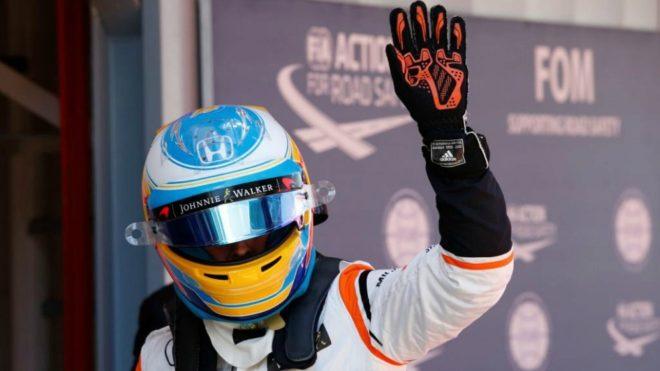 Alonso saluda en Montmeló.