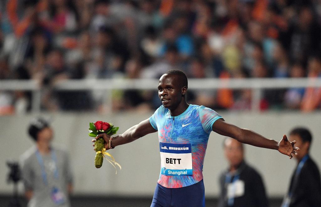 Kipyegon Bett celebra su sorprendente triunfo en los 800 metros.