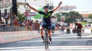 Gorka Izagirre celebrando en meta su triunfo de etapa.