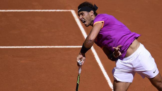 Rafa Nadal realiza un servicio en su duelo ante Novak Djokovic en...