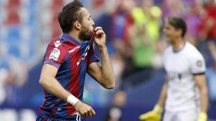 Morales se besa el escudo tras marcar el primer gol, con el meta...