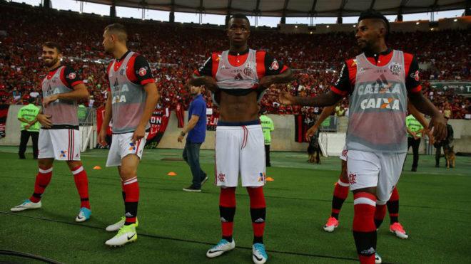 Vinicius Junior, en el centro de la imagen, en su debut este sábado...
