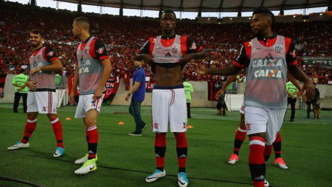 Vinicius Junior, en el centro de la imagen, en su debut este s�bado...
