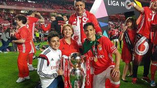 Jiménez, celebrando el título con su familia.