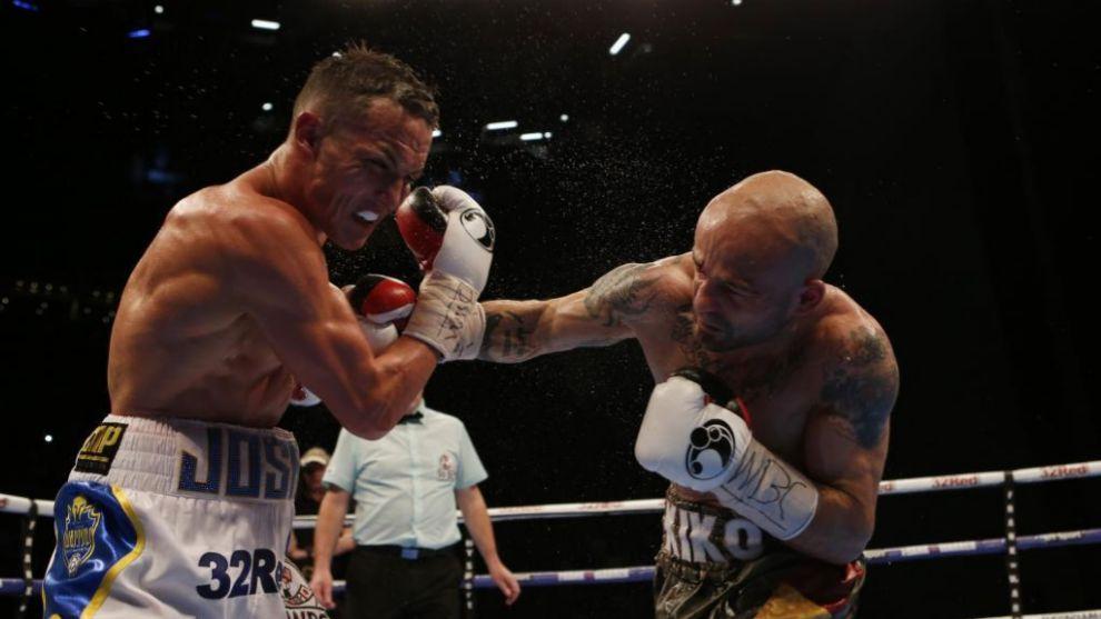 Kiko Martínez golpea con potencia a Warrington