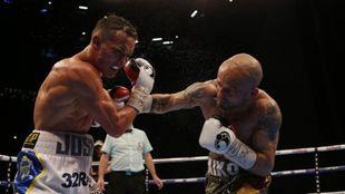 Kiko Mart�nez golpea con potencia a Warrington