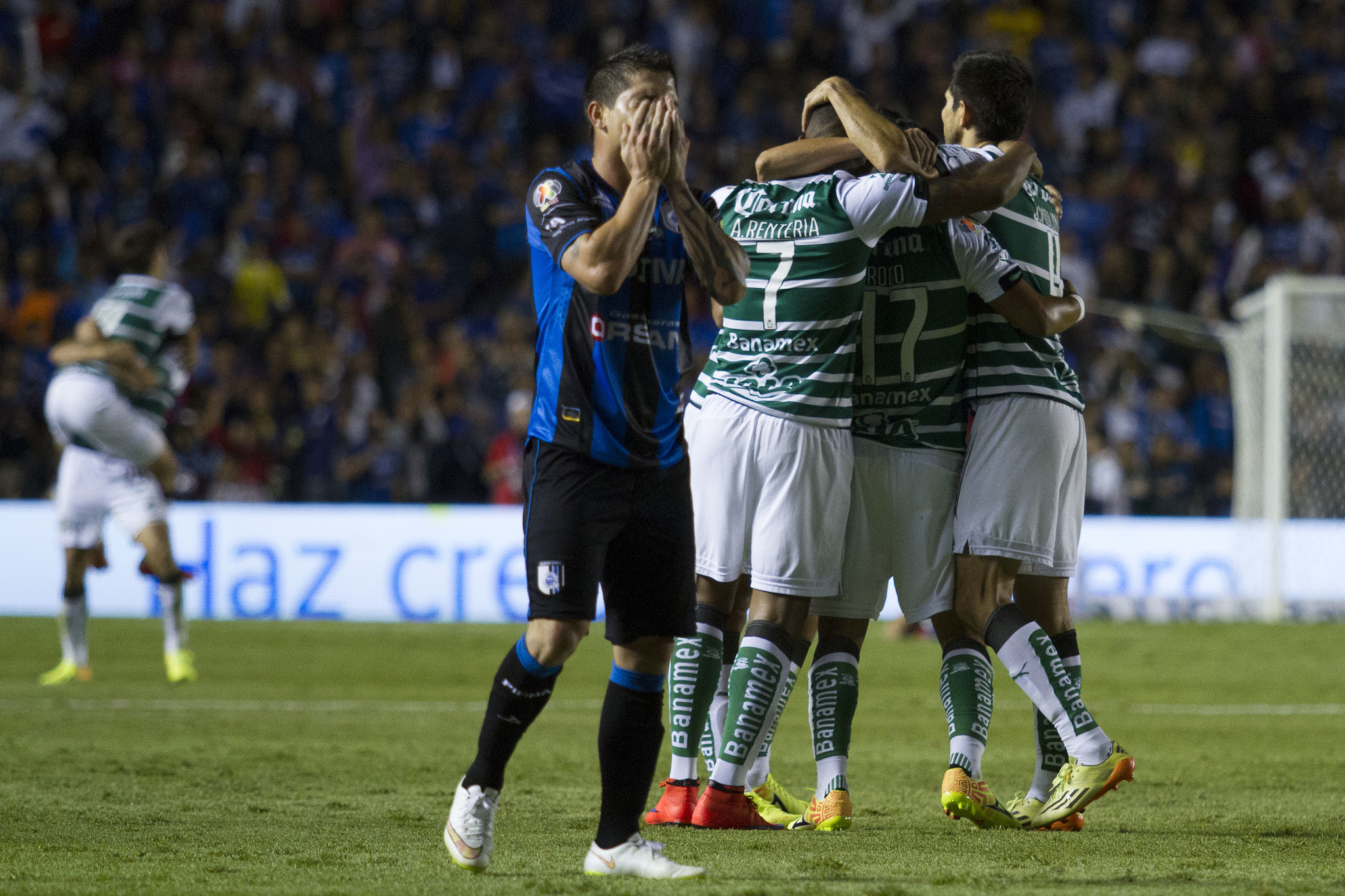 Danilinho se lamenta tras perder la final ante Santos.