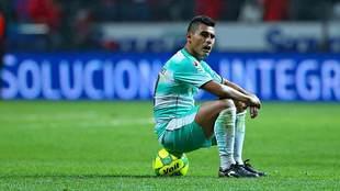 Osvaldo Martínez se lamenta durante el partido ante Toluca.