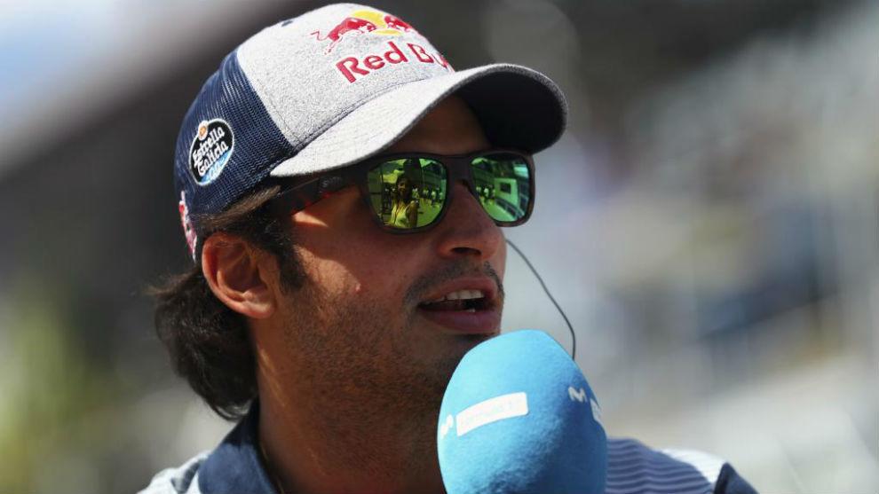 Carlos Sainz, atendiendo a Movistar F1