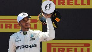 Hamilton alza el trofeo.