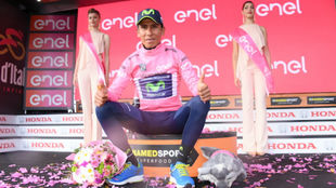 Nairo Quintana en el podio como nuevo l�der del Giro de Italia.