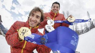 Jon Santacana y Miguel Galindo posando con sus medallas en los Juegos...