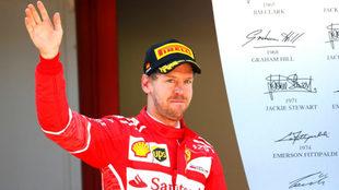 Vettel saluda.