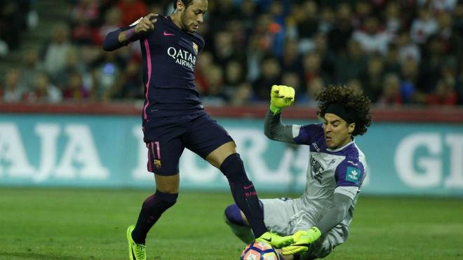 Ochoa detiene un balón a Neymar durante el Granada-Barcelona