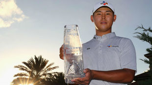 Si Woo Kim, con el trofeo de ganador.